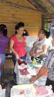 Lorena Rodríguez, representante de Acsur, intercambia con una de las mujeres emprendedoras seleccionadas en Las Parras.